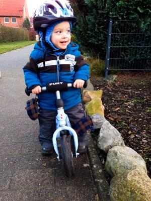 Neues Jahr, neues Hobby! Liam entdeckt das Laufrad.