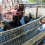 Noah gönnt sich eine zweite Karusselrunde. Liam bestaunt derweil das Piratenschiff.