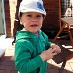 Noah zeigt sein neues Sonnencappi.