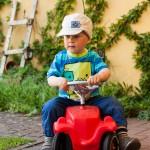 Noah als hochkonzentrierter Autofahrer