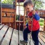 Noah auf dem tollen Holzspielplatz