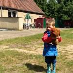 Noah präsentiert das Huhn. :)