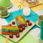 Regenbogenkuchen und kleine Erdbeerlinge