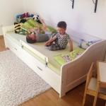 Noah bekommt ein großes Bett mit viel Platz.