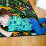 Während Noah den KiGa besucht, schläft Liam am frühen Vormittag beim Spielen ein. O_o