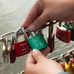 Wir verewigen uns an der Lübecker Liebesbrücke.