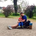 Knuddelmoment auf dem Spielplatz
