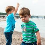 Hochkonzentriert befördern die Jungs Steine ins Wasser.