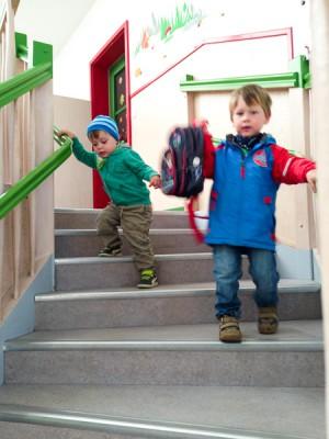 Liam darf Noah wieder mal vom Kindergarten abholen (und ihn so selbst schon mal kennen lernen -- für nächstes Jahr).