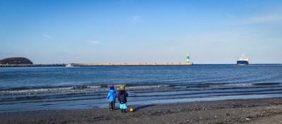 Zwei Jungs und das große, weite Meer. <3