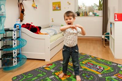 Liam hat Noahs (immer noch recht neues) vorheriges, großes Bett geerbt und ist darüber sehr glücklich.