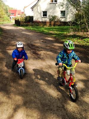 Seit Noah Fahrrad fährt, flitzt Liam noch schneller, um mitzuhalten.