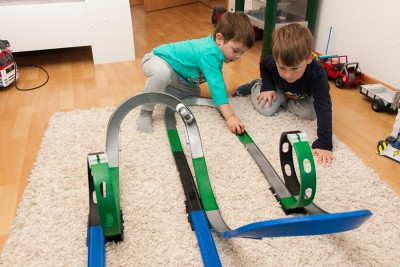 Natürlich kann man auch auf einer Bahn zwei Wagen gleichzeitig fahren lassen. Ab uns zu knallt's dann eben... oops.