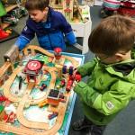 Die Jungs wollen gespartes Geld im Spielwarenladen lassen und schauen sich erstmal um.