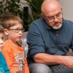 Während die Kinder abends noch was gucken dürfen, sorgt Opa für die Verpflegung.