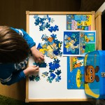 Noah puzzelt derweil zuhause.
