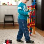 Noah optimiert den Aufbau der Kugelbahn. :)