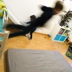 Neuestes Hobby: Vom Bett stürzen. :D