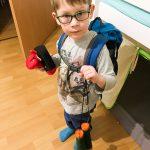 Morgen geht's zu Oma. Noah ist vorbereitet.