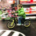 Noah testet sein neues Fahrrad im Laden. :D