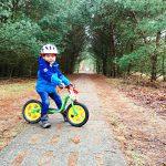 Liam ist noch mit dem Laufrad unterwegs