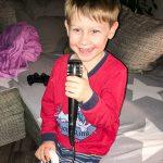 Noah erwischt uns abends beim Singstar-Spielen... und macht mit.