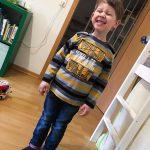 Noah präsentiert voller Begeisterung einen neuen Pulli. :D