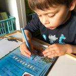 Liam hilft dabei, ein Freundschaftsbuch auszufüllen.