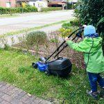 Noah hilft beim Rasen mähen