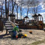 Am nächsten Tag lockt uns das gute Wetter auf den Holzspielplatz in Selmsdorf.