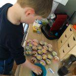 Noah übt sich als Bäcker...