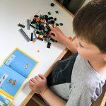 Noah steht auf Lego.