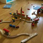 Liam baut sich eine Eisenbahnlandschaft auf.